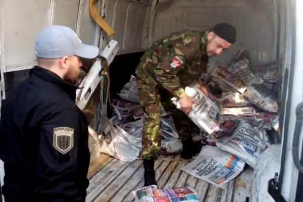 Praviy Sektor hooligans steal thousands of copies of Vesti to demonstrably sell them for scrap paper