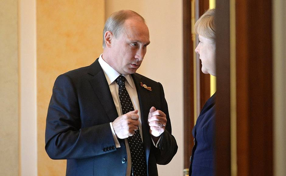 Putin and Merkel, seemingly impromptu (Kremlin)