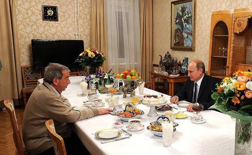 October 29, 2014: Putin calls on Primakov at his home to celebrate the latter's 85th birthday