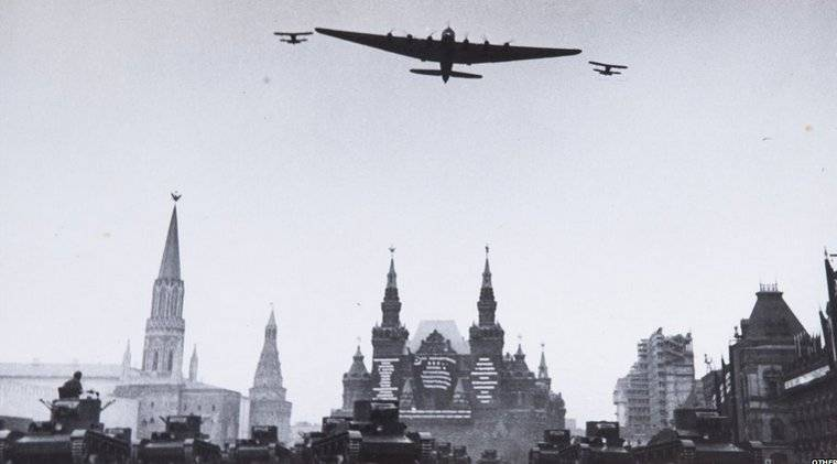 A Zelma photograph of a military parade in Red Square in 1934