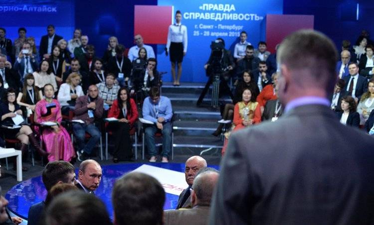 Vladimir Putin listens to journalist's input (Kremlin)