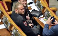 Ukrainian far-right Pravy Sektor (Right Sector) Dmytro Yarosh (C) poses for a picture during the opening of new parliamentary session in Kiev | Photo: ©Sergei Supinsky, AFP 2015