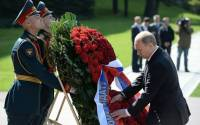 Russian President Vladimir Putin laying a wreath at Russia's Tomb of the Unknown Soldier on May 8, 2014, as part of the observance of the World War II Victory over Germany | Photo: kremlin.ru