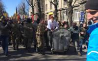 """""""Suitcase! Station! Russia!"""" — Right Sector throws official in the trash   Photo: kurs.if.ua"""