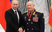 Russian president Vladimir Putin and Russian cosmonaut Alexei Leonov, right, at an awarding ceremony in Moscow's Kremlin | Photo: Mikhail Klimentyev, AP