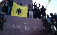 Extremist thugs in Kharkiv prepare to destroy a Lenin monument in the center of the city on Sept 27, 2014