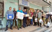 Donbass militia unload humanitarian aid delivered by taxi (Sergey Rasskazov)
