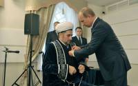 Putin presents the President of the Spiritual Directorate of Muslims of the Republic of Tatarstan Mufti Ildus Faizov awarded the Order of Friendship.