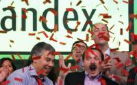 Arkady Volozh, second from right, CEO of Yandex, and Ilya Segalovich, second from right, the company's Chief Technology Officer, celebrate the initial public offering at the Nasdaq MarketSite, Tuesday, May 24, 2011 in New York | Photo: AP