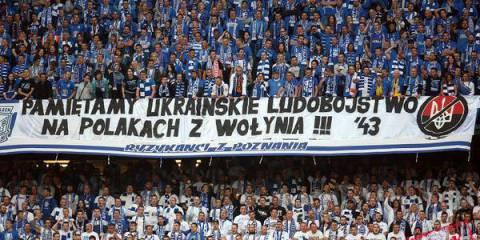 Фанаты вывесили красноречивые антибандеровские плакаты с призывом помнить геноцид поляков
