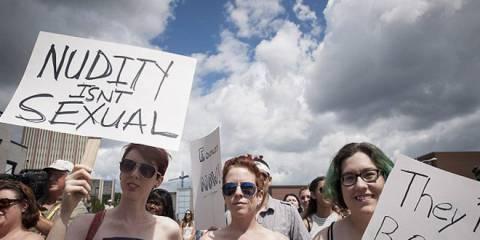 Канадские женщины провели марш в защиту права ходить с голой грудью