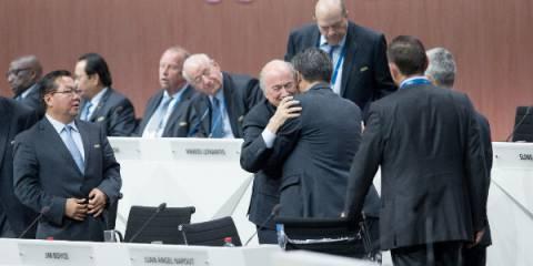 Президент ФИФА Зепп Блаттер (на переднем плане) принимает поздравления с переизбранием. Цюрих, Швейцария, 29 мая 2015 | Photo: Xinhua