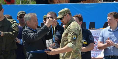 """Министр внутренних дел Арсен Аваков награждает бойца батальона """"Азов"""""""