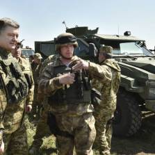 Ukrainian President Petro Poroshenko (second from left) inspects a military drill at a training ground near the city of Mykolaiv on April 25