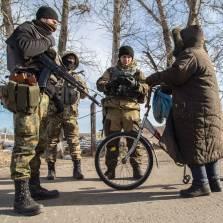 Ukrainian servicemen check documents of a local resident at a checkpoint near Slavyanoserbsk, in the region of Lugansk on Feb. 25, 2015 | Photo: Oleksandr Ratushnak, AFP via Getty Images