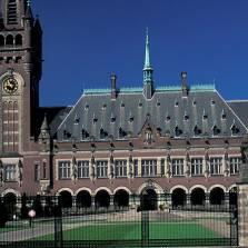 Решение Гаагского арбитража о выплате компенсаций акционерам ЮКОСа не правовое, а политическое | Фото: GLOBAL LOOK PRESS
