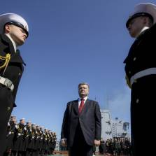 Ukrainian President Petro Poroshenko (center) during a visit to the flagship of the Ukrainian Navy frigate Hetman Sahaydachniy in Odesa in early April | Photo: TASS