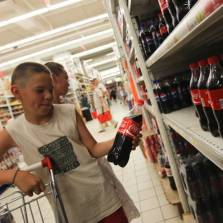 Children in the Vologd region will no longer be able to buy carbonated caffeine drinks, such as Coca Cola | Photo: Maxim Stulov, Vedomosti