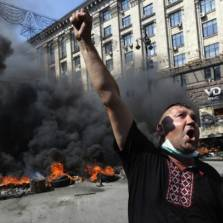 A protester shouts during clashes with pro-government forces at Independence Square in Kiev | Photo: Konstantin Chernichkin / Reuters