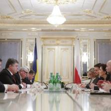 Members of the Ukrainian delegation led by President Petro Poroshenko (3-L) and members of the Polish delegation led by Prime Minister Ewa Kopacz (3-R) sit together for talks in Kiev, Ukraine, 19 January 2015. Photo EPA/BGNES