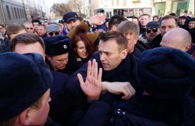Navalny gets carted off