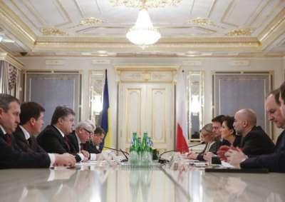 Members of the Ukrainian delegation led by President Petro Poroshenko (3-L) and members of the Polish delegation led by Prime Minister Ewa Kopacz (3-R) sit together for talks in Kiev, Ukraine, 19 January 2015. Photo EPA/BGNES
