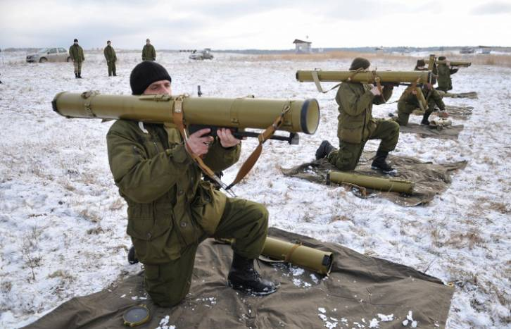 <figcaption>Ukrainian servicemen are learning to operate US-made anti-tank rocket launchers | Photo: Pavlo Palamarchuk,  © AP</figcaption>