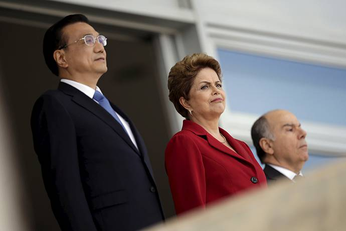 Chinese Premier Li Keqiang (L) and Brazil's President Dilma Rousseff look on before a meeting at the Planalto Palace in Brasilia, May 19, 2015 | Photo: Ueslei Marcelino, Reuters