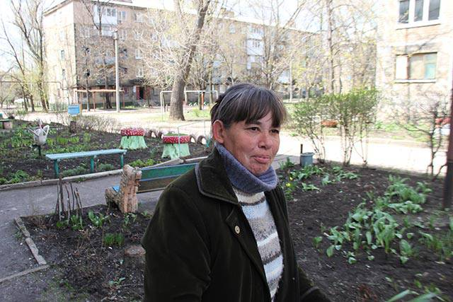 Despite the constant shelling, this resident chooses to cultivate the public garden every day | Photo: Joshua Tartakovsky