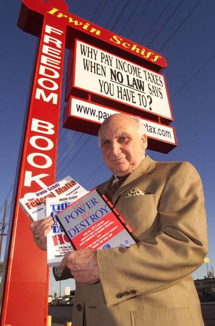<figcaption>Ирвин Шифф у своего офиса в Лас-Вегасе в 2001 году | Фото Eric Jamison</figcaption>