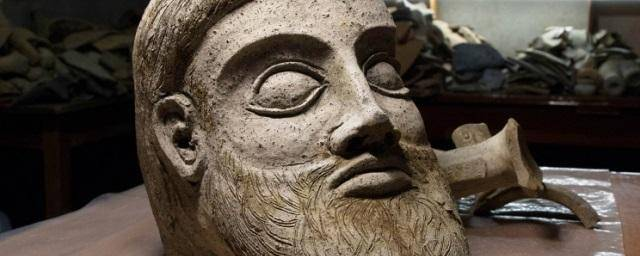 <figcaption>A terracotta head from 500 BC discovered while building a major bridge linking Crimea to Russia</figcaption>