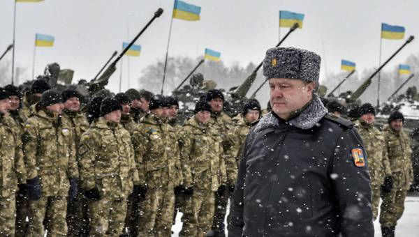 <figcaption>Ukrainian president Petro Poroshenko walks along a formation of soldiers during his visit to the Zhitomir Region</figcaption>
