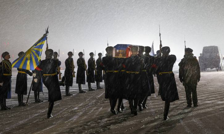 <figcaption>A guard of honour greets the coffin of Russian Lt Col Oleg Peshkov, pilot of the Russian plane shot down by Turkish forces</figcaption>