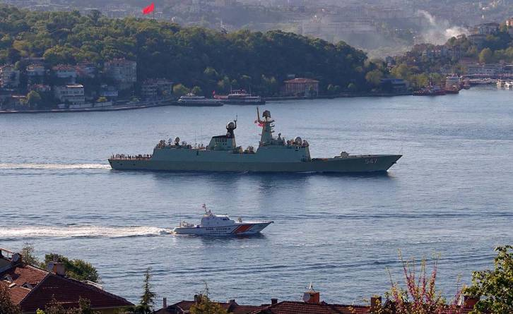 Chinese frigate 547 Linyi passing through Bosphorus | Photo: Nurderen Özbek
