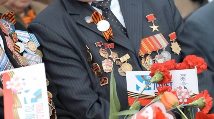 <figcaption>Russian veterans celebrating the 70th anniversary of victory over Nazi Germany</figcaption>