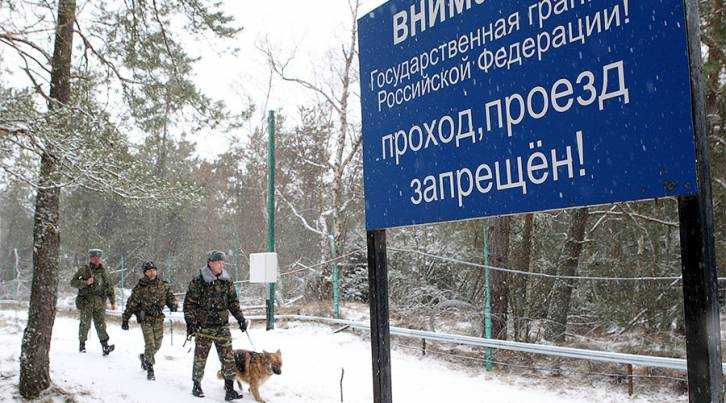 <figcaption>Russian border guards patrolling the border with Lithuania in the area of the Curonian Spit</figcaption>