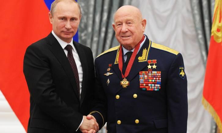 <figcaption>Russian president Vladimir Putin and Russian cosmonaut Alexei Leonov, right, at an awarding ceremony in Moscow's Kremlin | Photo: Mikhail Klimentyev, AP</figcaption>