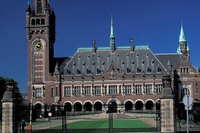 <figcaption>Решение Гаагского арбитража о выплате компенсаций акционерам ЮКОСа не правовое, а политическое | Фото: GLOBAL LOOK PRESS</figcaption>