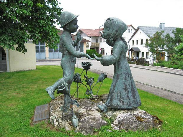<figcaption>Denkmal der deutsch-russischen Freundschaft</figcaption>