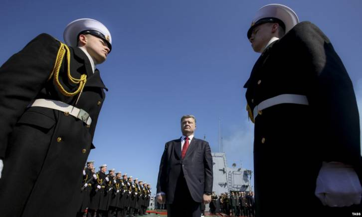 <figcaption>Ukrainian President Petro Poroshenko (center) during a visit to the flagship of the Ukrainian Navy frigate Hetman Sahaydachniy in Odesa in early April | Photo: TASS</figcaption>