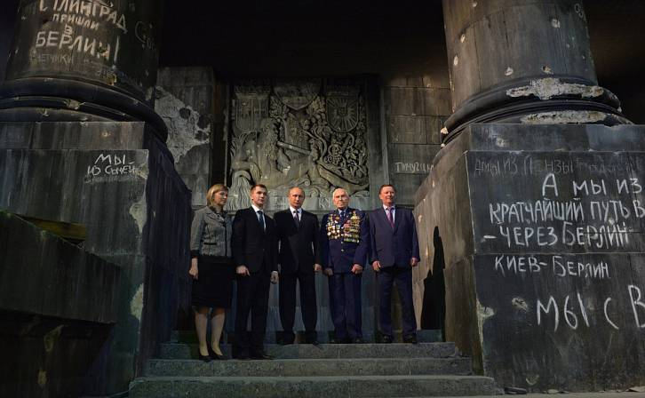 <figcaption>At the Battle for Berlin – The Banner Bearers' Feat panorama. Far right: Chief of Staff of the Presidential Executive Office Sergei Ivanov (Kremlin)</figcaption>