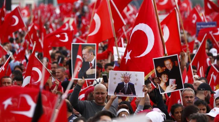 <figcaption>Erdogan supporters</figcaption>