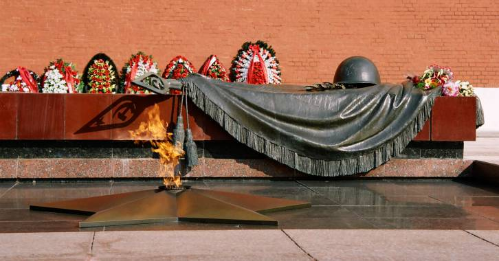 <figcaption>The Tomb of the Unknown Soldier memorial, Moscow Kremlin</figcaption>