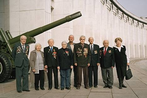<figcaption>Members of the Moscow Association of Jewish Veterans in front of the Moscow Central Museum of the Great Patriotic War. June, 2010 | Photo: The Blavatnik Archive</figcaption>