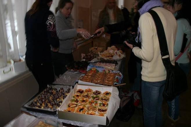 "<figcaption>The fundraising event, called ""Give a Soldier Warmth,"" was part of a series of bake sales held at various schools to raise money to buy thermal clothing for Ukrainian troops.</figcaption>"