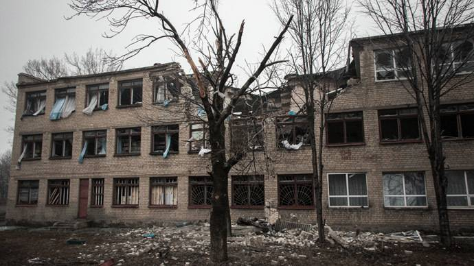 <figcaption>A building in Debaltsevo destroyed by shelling | Photo:  John Trast, Reuters</figcaption>