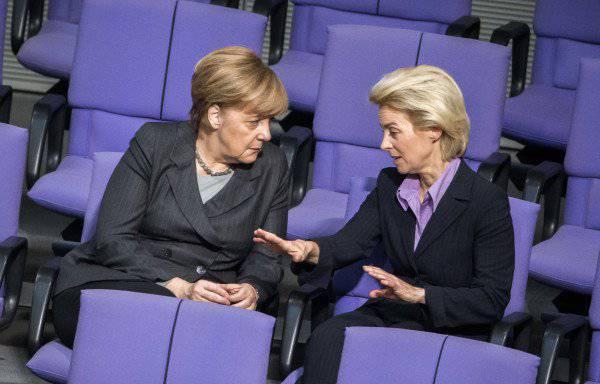 <figcaption>Bundeskanzlerin Merkel und Verteidigungsministerin Ursula von der Leyen</figcaption>