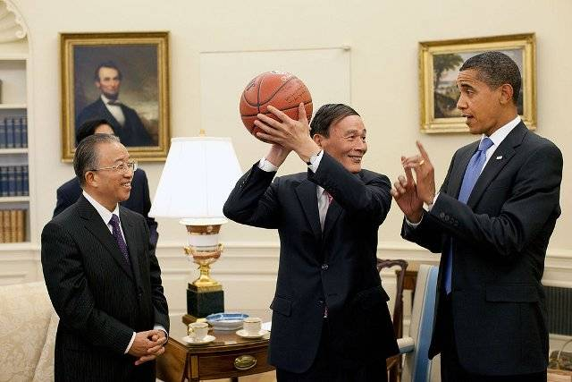 <figcaption>Obama gives Chinese Vice Premier Wang Qishan round ball lessons - Official White House Photo by Pete Souza</figcaption>