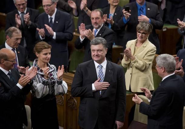 <figcaption>Ukrainian President Petro Poroshenko gets standing ovations from Canadian Prime Minsiter Stephen Harper and Canadian parliamentarians September 17, 2014</figcaption>