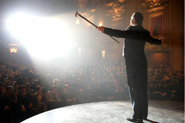<figcaption>The audience applause</figcaption>